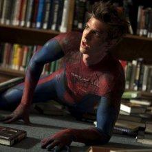 Andrew Garfield a terra in una scena di The Amazing Spider-Man