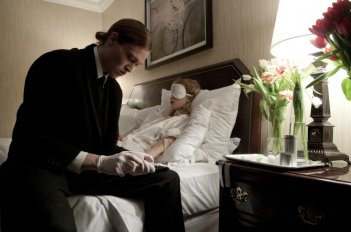 Antiviral: Caleb Landry Jones in una scena del film