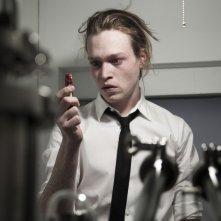 Antiviral: Caleb Landry Jones, protagonista del film, in una scena