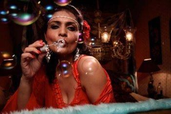 Miss Lovely: Niharika Singh in una scena del film