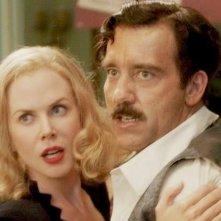 Nicole Kidman ijnsieme a Clive Owen in una scena d'azione di Hemingway & Gellhorn