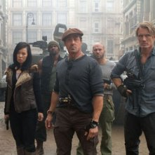 Sylvester Stallone, Yu Nan, Dolph Lundgren e altri mercenari in una scena de I mercenari 2
