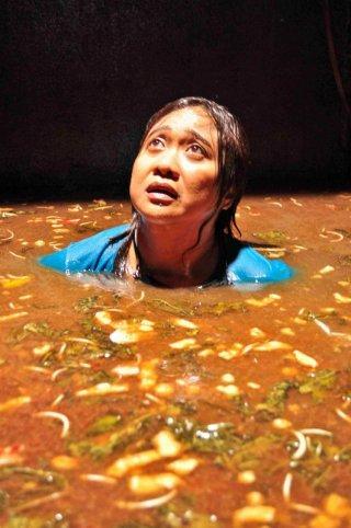 The Woman in the Septik Tank - una sequenza del film filippino