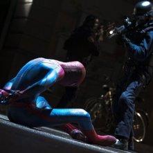 Andrew Garfield nei panni dell'Uomo Ragno minacciato da un soldato in una scena di The Amazing Spider-Man