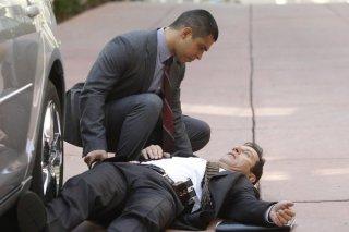 Awake: Jason Isaacs e Wilmer Valderrama nell'episodio Say Hello to My Little Friend