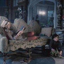Dark Shadows: Chloe Moretz e Gulliver McGrath in una scena del film
