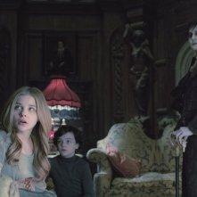 Dark Shadows: Johnny Depp in una scena del film insieme a Chloe Moretz e Gully McGrath