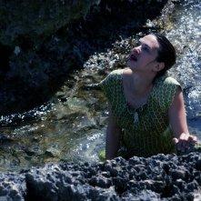 Isole: Asia Argento tra gli scogli in una scena del film