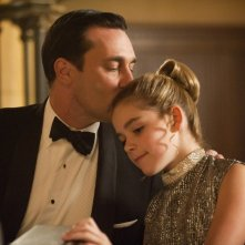 Jon Hamm e Kiernan Shipka nell'episodio At the Codfish Ball della quinta stagione di Mad Men