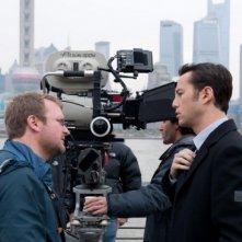 Joseph Gordon-Levitt, il regista Rian Johnson e una cinepresa sul set di Looper