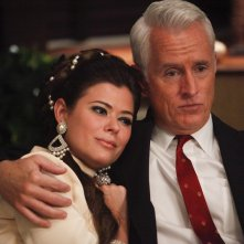 Peyton List e John Slattery nell'episodio Far Away Places della quinta stagione di Mad Men