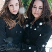 Revenge: Christa B. Allen e Madeleine Stowe nell'episodio Absolution