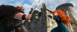 Merida incrocia la spada col padre sotto lo sguardo preoccupato della madre in una scena di Ribelle - The Brave