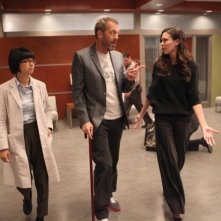 Dr House: Charlyne Yi, Hugh Laurie e Odette Annable nell'episodio Affare rischioso