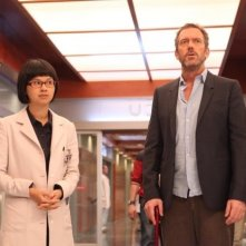 Dr House: Hugh Laurie e Charlyne Yi nell'episodio Love is Blind