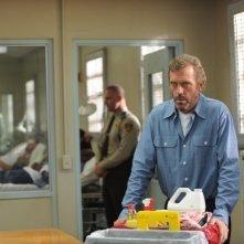 Dr House: Hugh Laurie in una scena dell'episodio Twenty Vicodin
