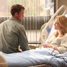 Dr House: Jesse Spencer e Julie Mond in una scena dell'episodio Chase