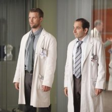 Dr House: Jesse Spencer e Peter Jacobson nell'episodio The Confession