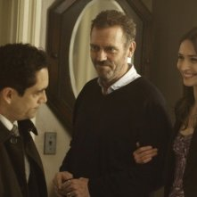 Dr House: Jose Zuniga, Hugh Laurie e Karolina Wydra nell'episodio Man of the House
