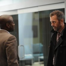 Dr House: Omar Epps e Hugh Laurie nell'episodio Dead & Buried