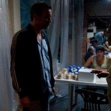 Elefante blanco: Jérémie Renier alle prese con alcuni spacciatori delle favelas in una scena tratta dal film