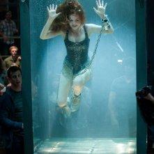 Isla Fisher sott'acqua in una scena di Now You See Me
