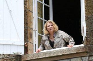 Josiane Balasko affacciata alla finestra in Maman