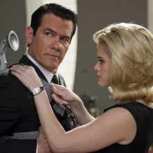 Men in Black 3: Josh Brolin insieme ad Alice Eve in una scena del film
