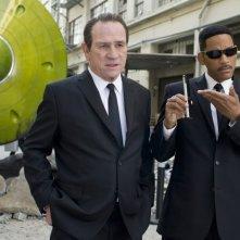 Men in Black 3: Tommy Lee Jones con Will Smith in una scena del film