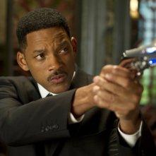 Men in Black 3: Will Smith punta la sua arma in una scena del film