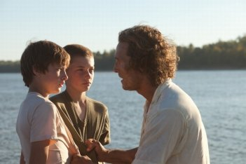MUD: Matthew McConaughey insieme ai giovani Tye Sheridan e Jacob Lofland in una scena del film