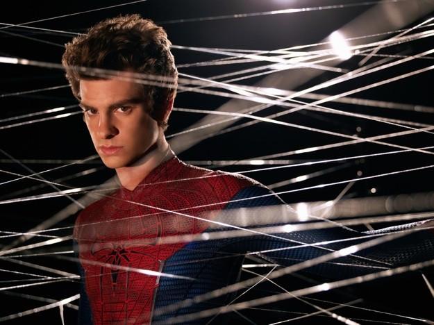 Andrew Garfield in una suggestiva immagine promozionale di The Amazing Spider-Man