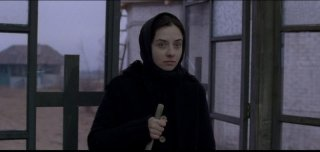 Beyond the Hills: Cosmina Stratan in una scena tratta dal film di Cristian Mungiu