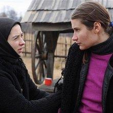 Beyond the Hills: Cosmina Stratan insieme a Cristina Flutur in una scena del film