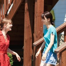 In Another Country: Jeong Yu-mi insieme a Isabelle Huppert in una scena del film