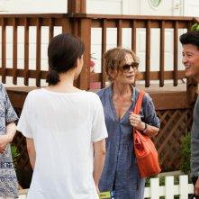 Isabelle Huppert e Moon So-ri in una scena di gruppo del film In Another Country