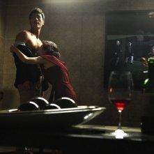 Taste of Money: il giovane Kim Kang-woo insieme a Yoon Yeo-jeong in una scabrosa scena del film