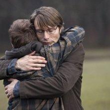 The Hunt: Mads Mikkelsen in un'immagine del film abbraccia Lasse Fogelstrøm