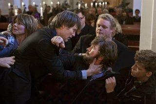 The Hunt: Mads Mikkelsen in una scena del film aggredisce Thomas Bo Larsen
