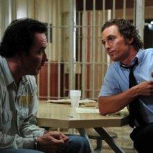 The Paperboy: John Cusack a colloquio con Matthew McConaughey in una scena del film