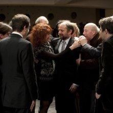 Vous n'avez encore rien vu: Sabine Azéma abbraccia Denis Podalydès in un'affollata scena del film