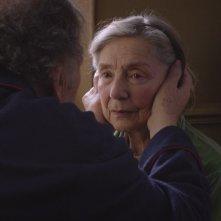 Amour: Emmanuelle Riva e Jean-Louis Trintignant (di spalle) in una scena del film