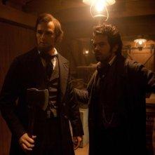 Benjamin Walker in una scena del film La leggenda del cacciatore di vampiri insieme a Dominic Cooper
