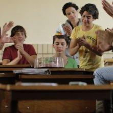 Después de Lucía: Tessa Norvind festeggiata in classe in una scena del film