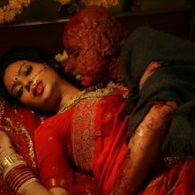 Miss Lovely: Niharika Singh in compagnia di una creatura dei film dell'orrore in una scena