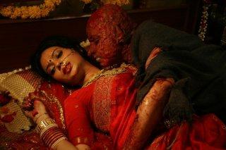 Miss Lovely: Niharika Singh in compagnia di una creatura dei film dell'orrore in una scena