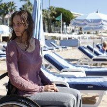 Rust and Bone: Marion Cotillard sulla spiaggia si guarda intorno in un momento del film