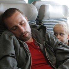 Rust and Bone: Matthias Schoenaerts col piccolo Armand Verdure in una tenera scena del film