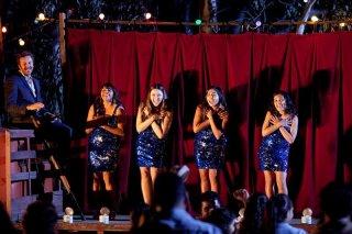 The Sapphires: Chris O'Dowd con le protagoniste del gruppo Jessica Mauboy, Deborah Mailman, Shari Sebbens e Miranda Tapsell in una scena