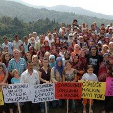 Polluting Paradise: il regista Fatih Akin, in una foto promozionale del documentario, protesta insieme agli abitanti di Camburnu